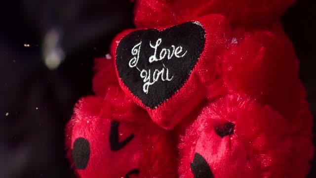 "red bear with ""i love you"" inscription - バレンタインデー点の映像素材/bロール"