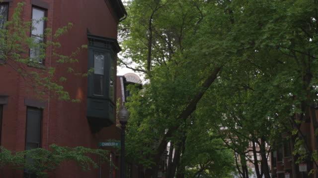 vídeos y material grabado en eventos de stock de red brick apartment, boston - señal de nombre de calle
