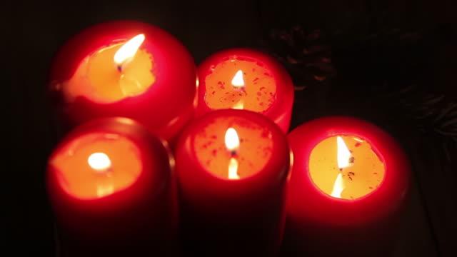 vídeos y material grabado en eventos de stock de ardor rojo velas con velas. - red artículos deportivos