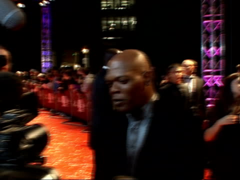 vídeos y material grabado en eventos de stock de red carpet arrivals and interviews at fashion rocks 2007 general views of samuel l jackson arriving / naomi campbell wearing one off black lace and... - shirley bassey