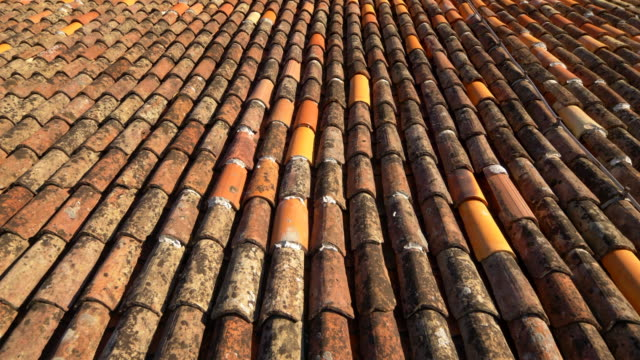 vídeos de stock e filmes b-roll de red ceramic tile rooftop of a house in old town kotor, montenegro - ceramista