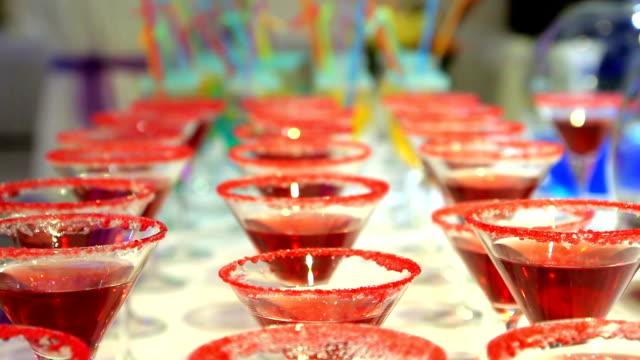 vídeos y material grabado en eventos de stock de rojo copas de champán en estilo - daiquiri
