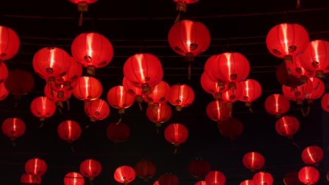 roter lampion in der nacht - chinesisches laternenfest stock-videos und b-roll-filmmaterial