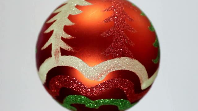 red クリスマスボール - ティンセル点の映像素材/bロール