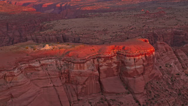 vídeos de stock e filmes b-roll de aerial red cliffs of the grand canyon at sunset - geologia and rocha