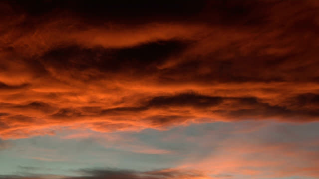 vidéos et rushes de red clouds at sunset, timelapse - altocumulus