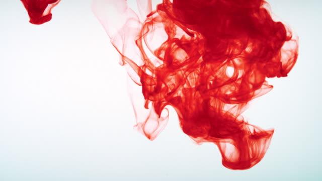 slo mo ld rote farbe löst sich in wasser auf - dissolving stock-videos und b-roll-filmmaterial