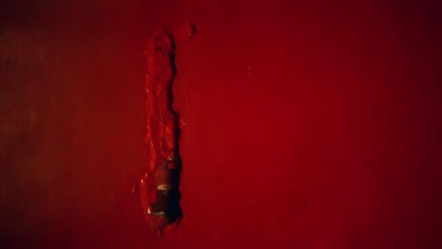 vídeos y material grabado en eventos de stock de pared roja, agrietada. cierre para arriba - pared de cemento