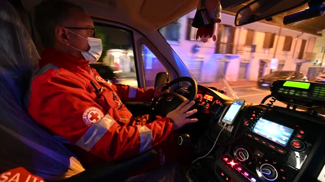 red cross personnel during the transport of covid-19 patients on november 13, 2020 in turin, italy. nichelino red cross operators are under... - hinweisschild stock-videos und b-roll-filmmaterial