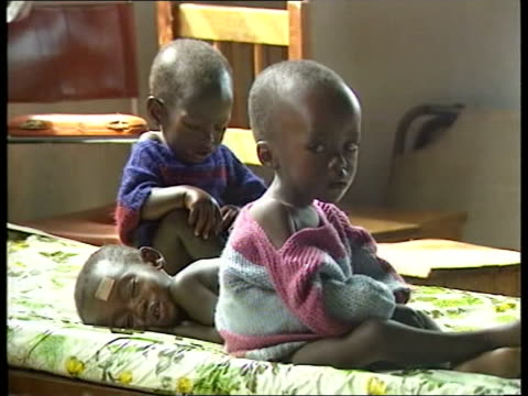 vidéos et rushes de red cross register for orphans nao zaire [now known as democratic republic of the congo] goma cms small child cms small children lying on floor cms... - orphelin