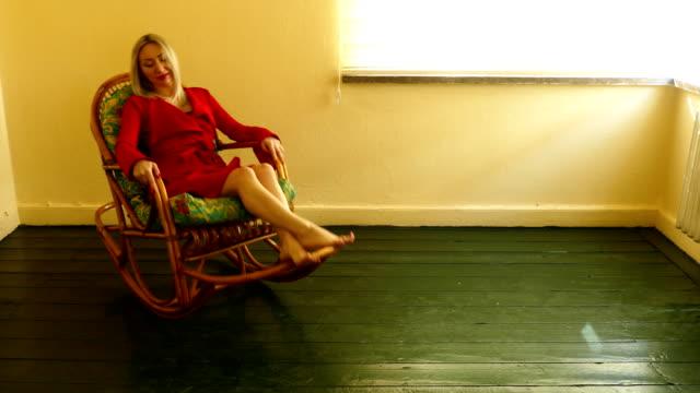 stockvideo's en b-roll-footage met rode jurken vrouw met schommelstoel - schommelen schommelstoel