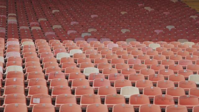 連続してスタジアム内の赤い空のプラスチックシート。 - 席点の映像素材/bロール