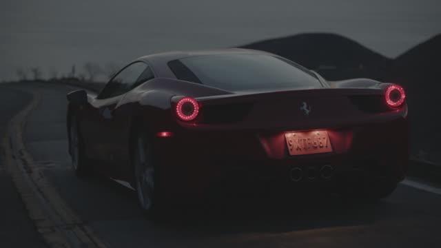 vídeos de stock e filmes b-roll de red ferrari - luz traseira de carro