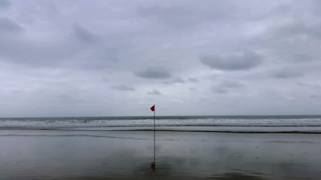 Bandera roja en el mar en la costa en Montañita Ecuador