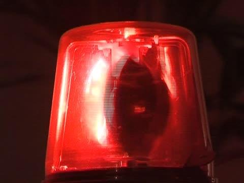 rotes blinken warnlichter/siren polizei und krankenwagen, polizei - feuerwehr hinweisschild stock-videos und b-roll-filmmaterial