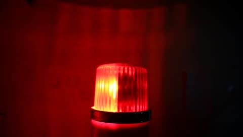 stockvideo's en b-roll-footage met rode knipperende waarschuwing sirene licht - hulpdiensten - bord in geval van nood