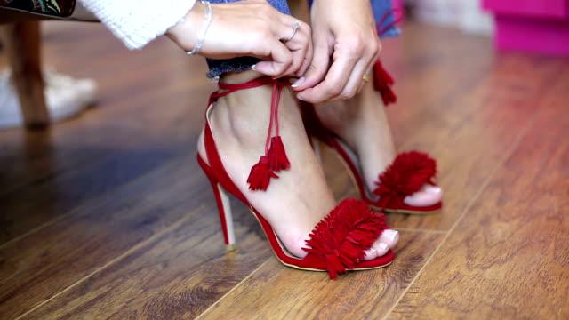 vídeos y material grabado en eventos de stock de mujer zapatos rojos mascota - tacones altos