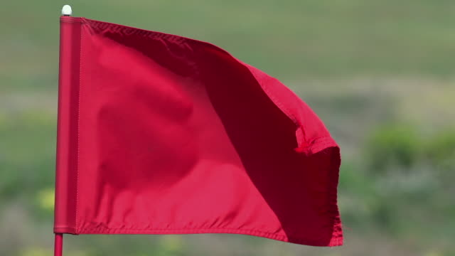 """red golf flag in the wind, near sciacca in sicily, italy, slow motion"" - ゴルフ点の映像素材/bロール"