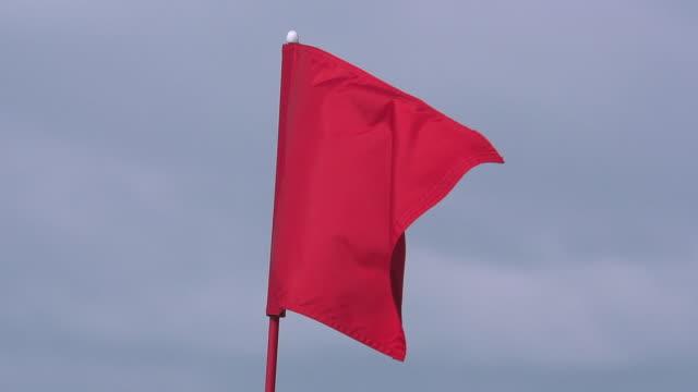"""vídeos y material grabado en eventos de stock de """"red golf flag in the wind, near sciacca in sicily, italy, slow motion"""" - bandera de golf"""