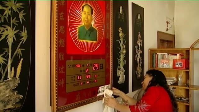 vídeos y material grabado en eventos de stock de day red guard performing greeting song outside hotel woman turning on lit picture of mao tsetung and polishing and statue of mao beside qiu zhen... - mao tse tung