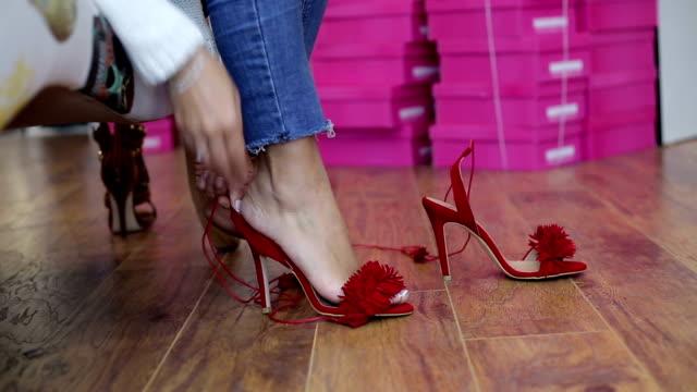 vídeos y material grabado en eventos de stock de zapatos de tacón rojos - tacones altos