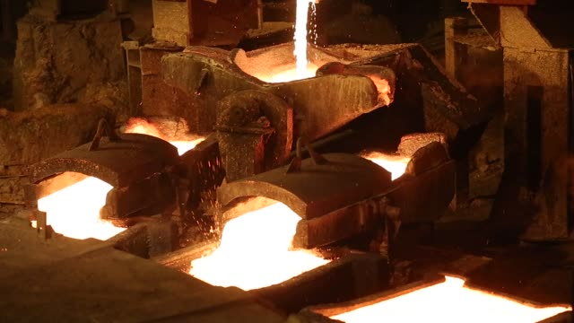 vídeos de stock, filmes e b-roll de red hot copper cathode sheet cools as it moves along production line at the copper mining and smelting complex, operated by rtb bor group, in bor,... - equipamento elétrico equipamento industrial