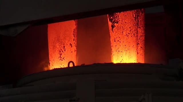 vídeos de stock, filmes e b-roll de cu red hot graphite electrodes are seen in an electric arc furnace operates inside an agha steel industries ltd plant in karachi pakistan on saturday... - fornalha