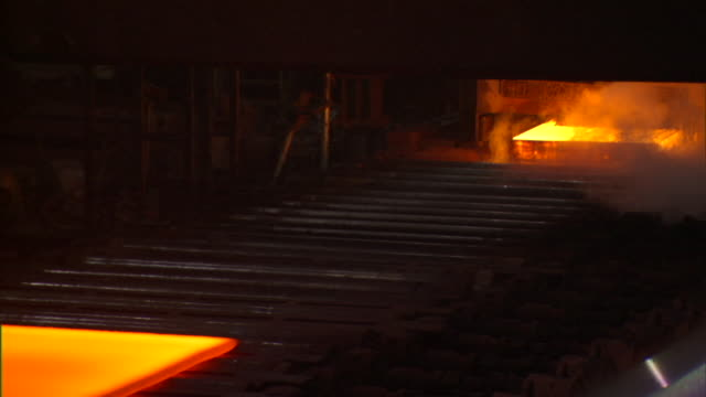 vídeos de stock, filmes e b-roll de ms red hot sheets of steel passing on conveyors in steel mill, beijing, china - fornalha