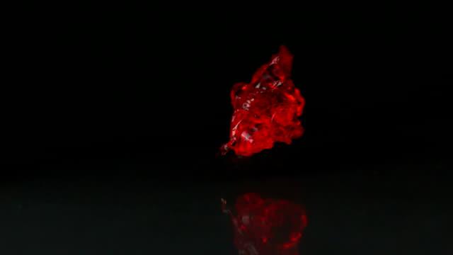 レッドジェリー落ちると、カラプエルト黒色の背景 - 半透明点の映像素材/bロール