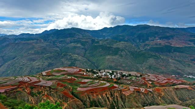 vídeos de stock, filmes e b-roll de terra vermelha-vale e a aldeia - yunnan province