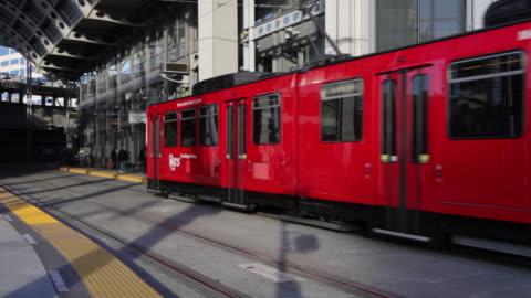 vídeos y material grabado en eventos de stock de red light rail arrives at station - estación entorno y ambiente