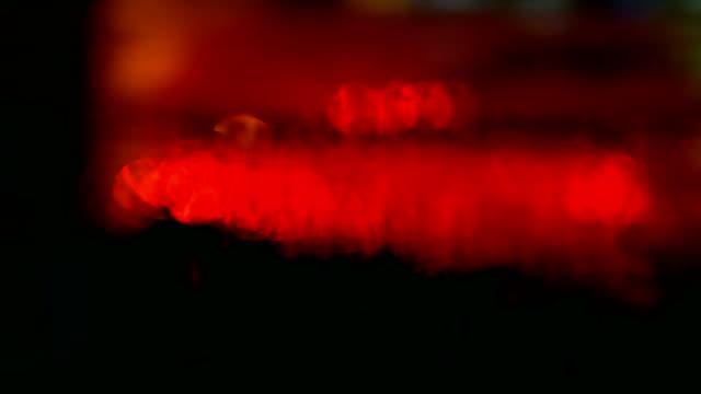 vídeos de stock, filmes e b-roll de reflexão de luz vermelha na piscina, carro que passava. à noite - reflection