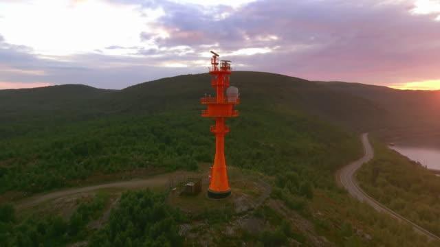 roten leuchtturm mit radar. überwachung der küsten-radar-antenne - hörfunksender stock-videos und b-roll-filmmaterial