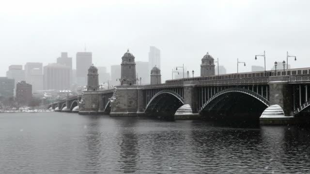 vídeos de stock, filmes e b-roll de trem vermelho do metro da linha que cruza a ponte de longfellow - massachusetts