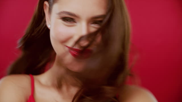 vídeos de stock, filmes e b-roll de batom vermelho feito direito - vermelho