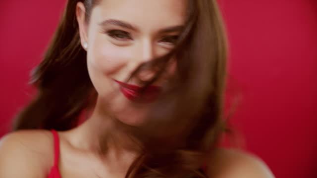 roter lippenstift richtig gemacht - shaking stock-videos und b-roll-filmmaterial