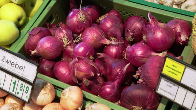 red onions on crate in supermarket - price tag stock videos & royalty-free footage