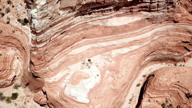 アリゾナ州のグランドキャニオンの岩で赤のパターン - ロックストラータ点の映像素材/bロール