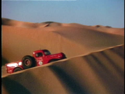 vidéos et rushes de 1959 ws ts, red pick up truck crossing sand dunes, dhahran, saudi arabia - pick up