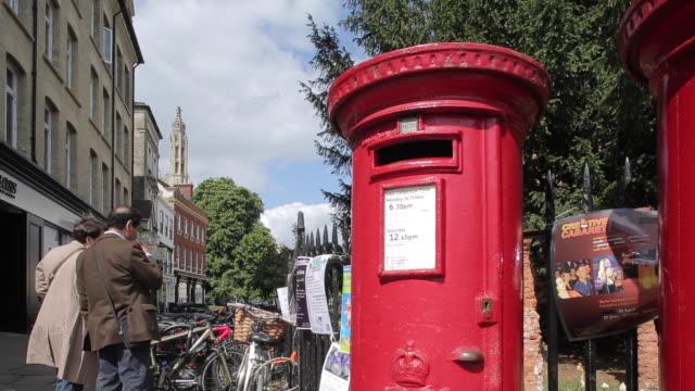 vídeos y material grabado en eventos de stock de red post boxes on market, cambridge, cambridgeshire, england, uk, europe - buzón postal