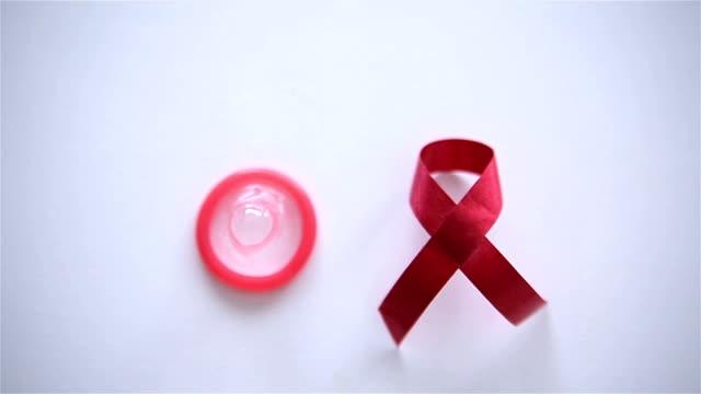 vidéos et rushes de ruban rouge et préservatif, rouleau b - sida