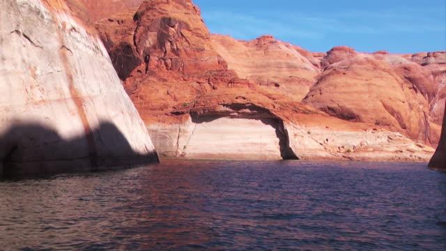 stockvideo's en b-roll-footage met red rock formations surround lake powell. - powellmeer