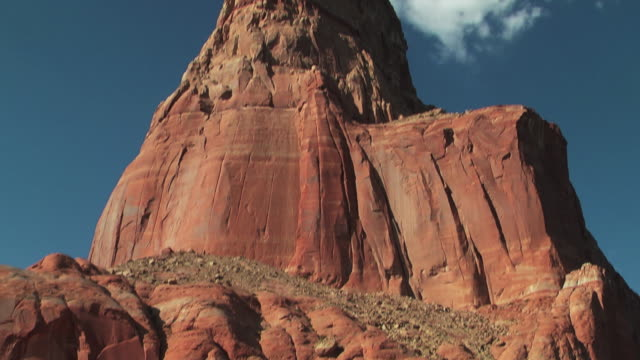 red rock formations tower against a blue sky. - lago powell video stock e b–roll