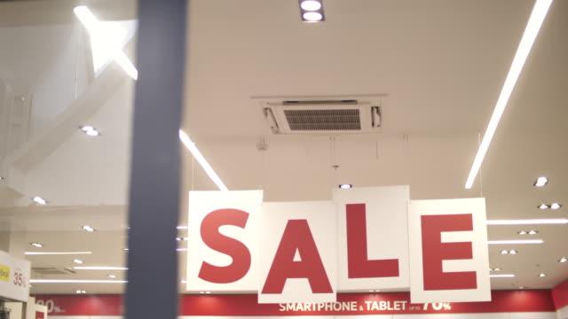 vídeos de stock, filmes e b-roll de sinal de venda vermelha em shopping center - sale