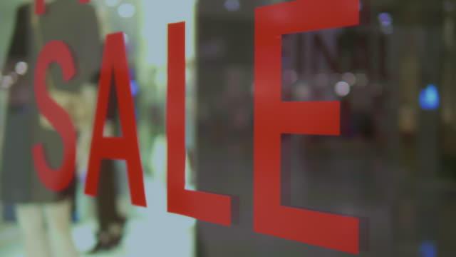 vídeos de stock, filmes e b-roll de sinal de venda vermelha - estação do ano