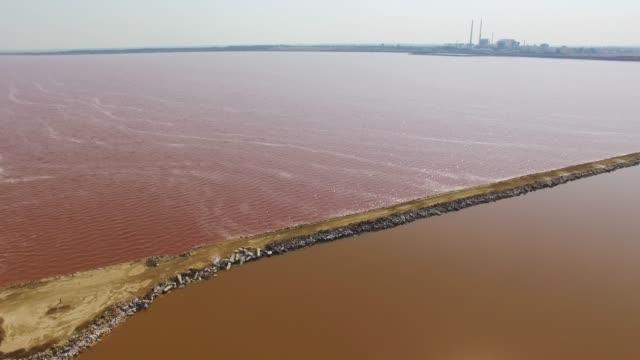 航空写真: 一括で赤の salt 湖は、湖の間の地面します。 - クワッドコプター点の映像素材/bロール