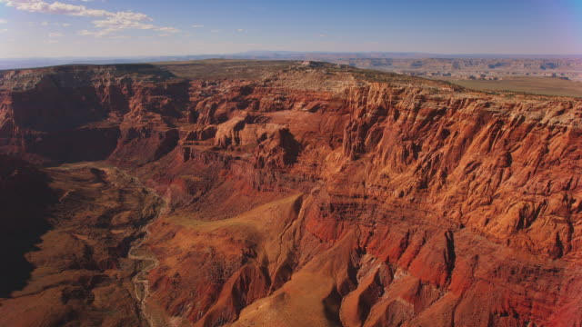 vídeos de stock e filmes b-roll de aerial red sandstone cliffs in grand canyon, usa - grand canyon national park