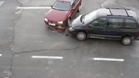 vídeos y material grabado en eventos de stock de sedan rojo de ld por una minivan negra desde el lado en el cruce - accidente de tráfico