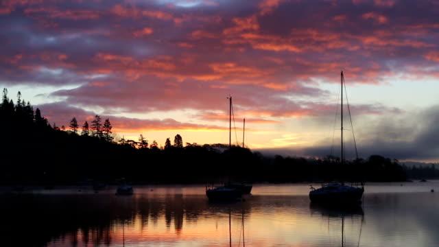 vídeos y material grabado en eventos de stock de red sky and mist at dawn - distrito de los lagos de inglaterra