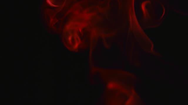 vidéos et rushes de rouge fumée sur fond noir - spiritualité